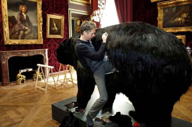 Abraham Poincheval - Dans la peau de l'ours - Paris